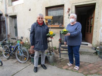 Die Ortsvertreterin Margot Kreth überbringt der Vorsitzenden zwei Frühlingsboten, denn ihr Ehemann ist ebenfalls Mitglied im Verein