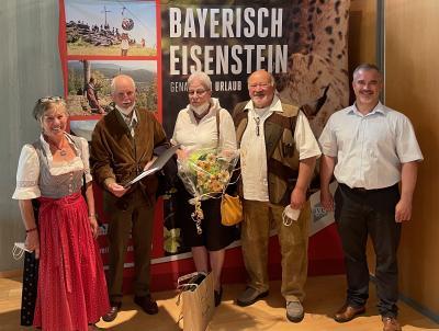 von links: Vermieterin Gerda Pöschl, Stammgäste Peter & Ulrike Meinhardt, Vermieter Sigi Pöschl und Bürgermeister Herzog