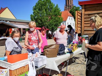 Martina Liedtke (2.v.l.) preist bei den Marktbesucherinnen die Waren aus den Geschäften der Interessengemeinschaft Innenstadt an. Foto: Beate Vogel