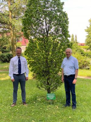 Bürgermeister weiht Baum im Schlosspark zu Ehren von Dietmar Gornig ein