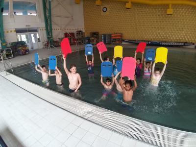 Foto zur Meldung: Drittklässler der SJG genießen täglichen Schwimmunterricht im leeren Schwapp