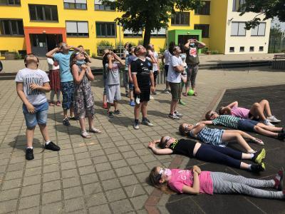 Schüler*innen der zweiten Klasse der Elblandgrundschule beobachteten partielle Sonnenfinsternis   Foto: Emmeline Schlede