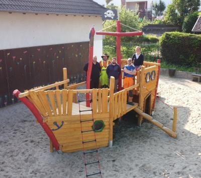 Spielschiff auf dem Schulhof-Spielplatz