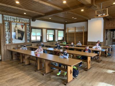 Unterricht der Zweitklässler im Sportheim des SV Hetzles