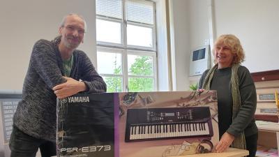 Maik Pönisch, stellv.Schulleiter und Sylvia Voll, Vors. des Ludwigsluster Fördervereins freuen sich über die neuen Instrumente