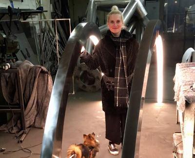 """Anne Pfeifer während der Produktion des Kunstwerks """"Touching Voltage"""". Foto: Stadt Maintal / Künstlerin Anne Pfeifer"""