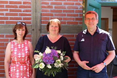 Bürgermeister Dr. Oliver Hermann und Personalratsvorsitzende Heike Uhde verabschieden Birka Stövesandt in den Ruhestand | Foto. F. Lenz