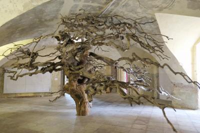 Aus Ulmenholz hat Jochen Dehn diese Installation geschaffen. Foto: Ingrid Hoberg