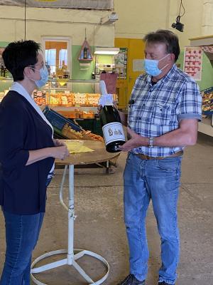 TGZ Prignitz | Bürgermeisterin Jura überreicht zum Jubiläum 3 Liter vom Perleberger Sekt an den Unternehmer Franke