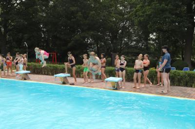 Schwimmunterricht im Freibad