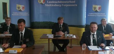 """Präsidiumsmitglieder im """"Sendestudio"""" des LLZ"""