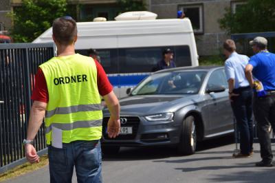 Ordner beim Einlass ins Stadion - hier Zufahrt zu einem Sonderparkplatz. Foto: swk