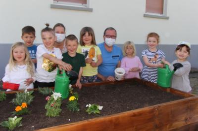 Kinder pflanzen für die Bienen