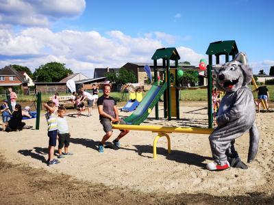 Willy Wolf tobte mit den Buchholzer Kindern über den neuen Spielplatz und probierte sich auch an der Wippe aus. Foto: Beate Vogel