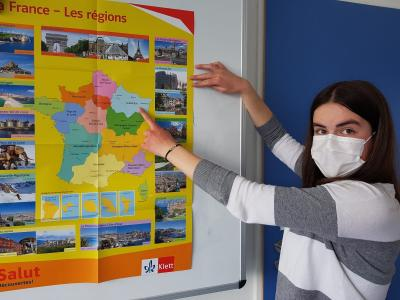 Jana Schmidt (9a) zeigt auf die Region Grand-Est, die Herkunft ihrer Austauschpartnerin