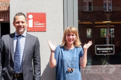 """Museumsleiter Lars Schladitz und Sarah Schütte vom Citybüro freuen sich, dass Pritzwalk die offizielle """"i-Marke"""" verliehen bekommen hat. Foto: Katharina Weise"""