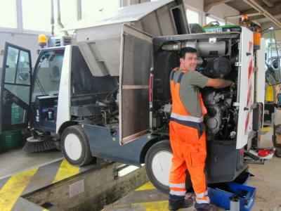 Schlosserarbeiten an einer Kompaktkehrmaschine