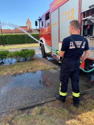 Foto zu Meldung: Feuerwehr wässert Rietzer Bäume