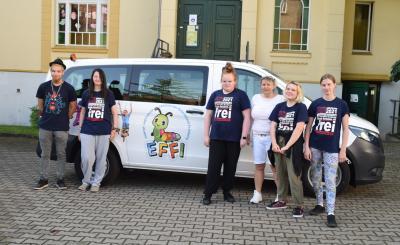 Stadt Perleberg   Schüler der Abschlussklasse der Schule an der Stepenitz und Einrichtungsleiterin Kerstin Oesemann am neuen Transporter.