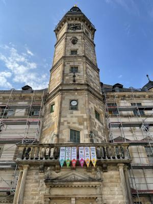 Banner am Rathaus werben für Projekte