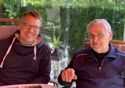 Michael Dröscher (3. Vorsitzender li.) besuchte Jürgen Gebhard zu Hause um ihm seine Ehrung persönlich zu überreichen.