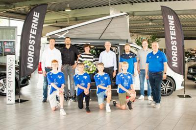 Das Foto zeigt Familie Wichmann mit den Jugendobleuten der JSG Neuenkirchen/Merzen/Voltlage sowie einigen Jugendfußballern in ihren neuen Trikots