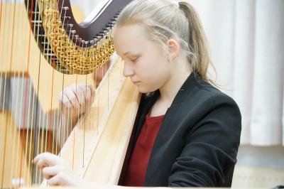 Theresa Bogisch an der Harfe.