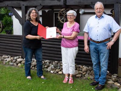 Die stellvertretende Ortsvereinsvorsitzende Tanja Hartdegen und Georg Pfromm vom Gemeindevorstand überbrachten die Glückwünsche des Ortsvereins und überreichten die Urkunde für 40-jährige Mitgliedschaft in der SPD.