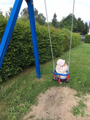 Neue Schaukel auf dem Spielplatz am Dreieck
