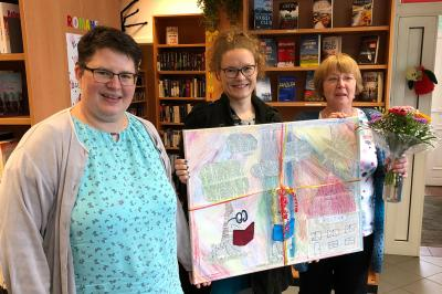 Silvia Haube, Marina Schröder-Heidtmann und Elisabeth Schmidt freuen sich über die Neueröffnung der Bibliothek. © Manfred Haube/FV Grundschule Rehfelde/FV Kita Fuchsbau Rehfelde