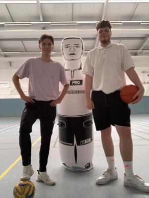 Tim (links) und Jonas an ihrem neuen Arbeitsplatz