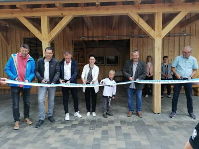 Foto. Stadt Perleberg | Zur feierlichen Eröffnung schneidet Bürgermeisterin Jura mit ihren Gästen das Band vor der Zooschule durch