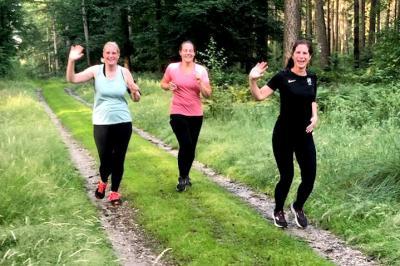 Karin Schröer, Carolin Mehmann und Kathrin Wübbe vom Grafelder Lauftreff waren die ersten Läuferinnen, um die Streckenbeschilderung zu überprüfen.  (Foto: SV Grafeld/Thomas Behner)