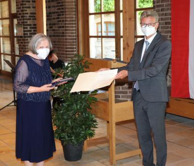 Frau Christine Brock aus Nammering  erhält das Bundesverdienstkreuz am Bande