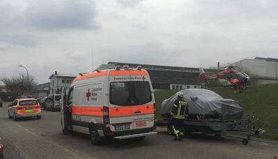 Einsatz Nr.12 -Betriebsunfall - Person zwischen Wand und Tür eingeklemmt, Daimlerstraße