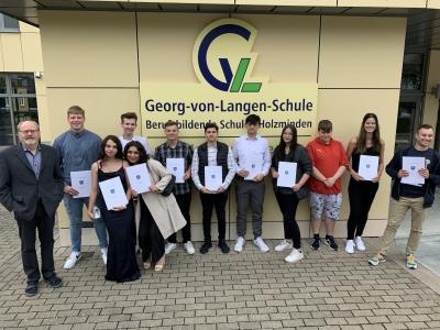 """""""Georg-von-Langen-Schule verabschiedet Ihre FOS Absolventen"""" 58 Schüler erhalten ihr Zeugnis der Allgemeinen Fachhochschulreife"""