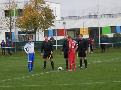 Erwartungsvolle Blicke aller Beteiligten am Anstoßkreis, hier unmittelbar vor Spielbeginn die beiden Mannschaftskapitäne Daniel Diesterhoff und Hannes Brandenburg sowie das Schirigespann, beim letztjährigen Punktspiel FSV Kritzmow-FC Seenland (3:1) - auch für diese Saison.