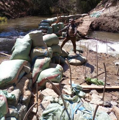 Große Herausforderung: Die Errichtung des Sandsack-Dammes zur Umleitung des Flusses