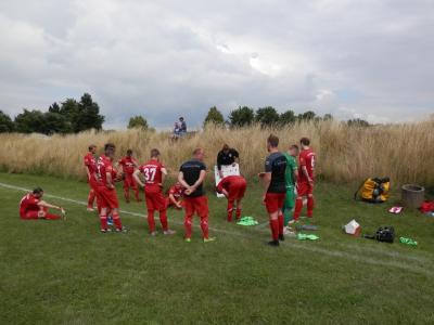 Taktische Einweisung der Wariner Mannschaft kurz vor Spielbeginn durch FC Trainer Michael Ziepke (Bildmitte).