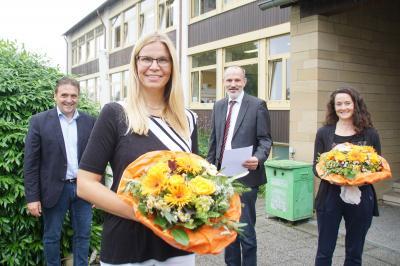 Blumen zur Begrüßung: Carola Liebe (Mitte) ist die neue Rektorin der Grundschule, Heiko Faber (links) und Volker Traub heißen sie willkommen und danken Karin Brandl. (rol)