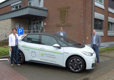 Beim Vor-Ort Termin wurde der Volkswagen ID 3 den Beteiligten (v.l.) Antje Klimek (Kommunalmanagement Avacon), Bürgermeister Detlef Kaatz und Timo Abert (Kommunalmanagement Avacon) vorgestellt.