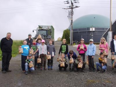 die 4. Klasse bei der Biogasanlage der Familie Schubert in Grün