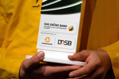 """Detailaufnahme von einem """"Das Grüne Band""""-Pokal. Foto: picture alliance"""