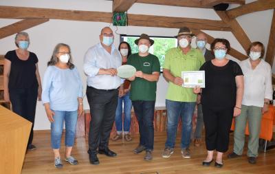 Vertreter aus Kreispolitik und des LPV gratulieren den Gewinnern der Wiesenmeisterschaft
