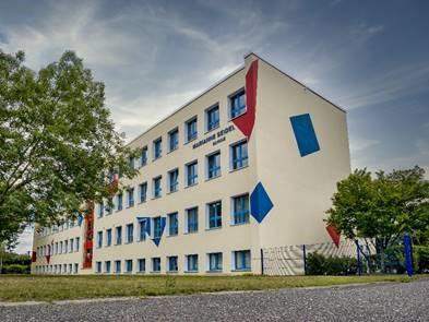Foto: Die Volkshochschule OSL bietet an ihren Standorten in Senftenberg, wie hier am Hauptstandort in der Marianne-Seidel-Förderschule, sowie in Lübbenau/Spreewald, Vetschau/Spreewald, Altdöbern und Calau mittlerweile wieder vollumfänglich spannende Kurse an. Infos: www.vhs-osl.de (Foto: VHS OSL)