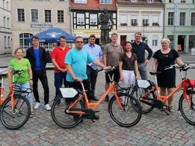 Foto: Stadt Perleberg | Gruppenbild mit Vertreterinnen und Vertreter beider Städte, des Technologie- und Gewerbezentrums Prignitz, des Tourismusverbandes Prignitz, der City Initiative Perleberg sowie der Servicepartner vor Ort.