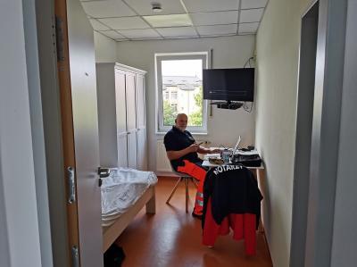 Dr. Helmut Bissinger im modernisierten Notarzt-Zimmer der Rettungswache am KHDS-Notfallstandort Dierdorf