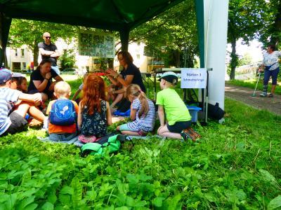 Sophie mit interessierten Schülern beim Besuch des Ministers Günther im Eilenburger Stadtpark