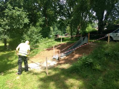 Auf dem Bild sehen Sie Mitarbeiter des ZKD Immenhausen-Espenau beim Einbau des Fallschutzes.