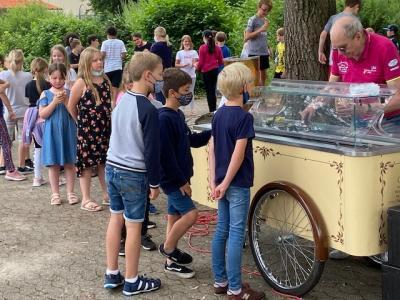 Foto zur Meldung: Überraschung! Der Eiswagen kommt!